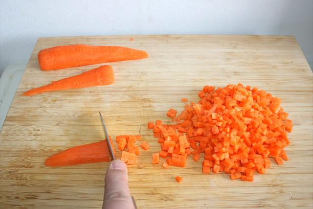 02 - Möhren würfeln / Dice carrots
