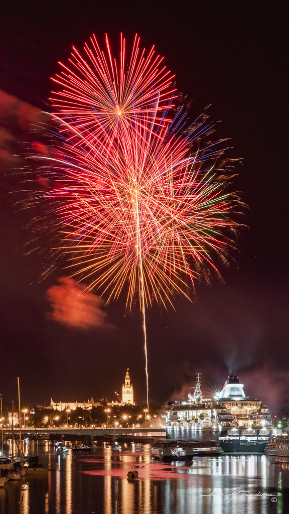 Final fireworks of the Seville fair III en Urbana y Arquitectura40867739573_f381b99846_b