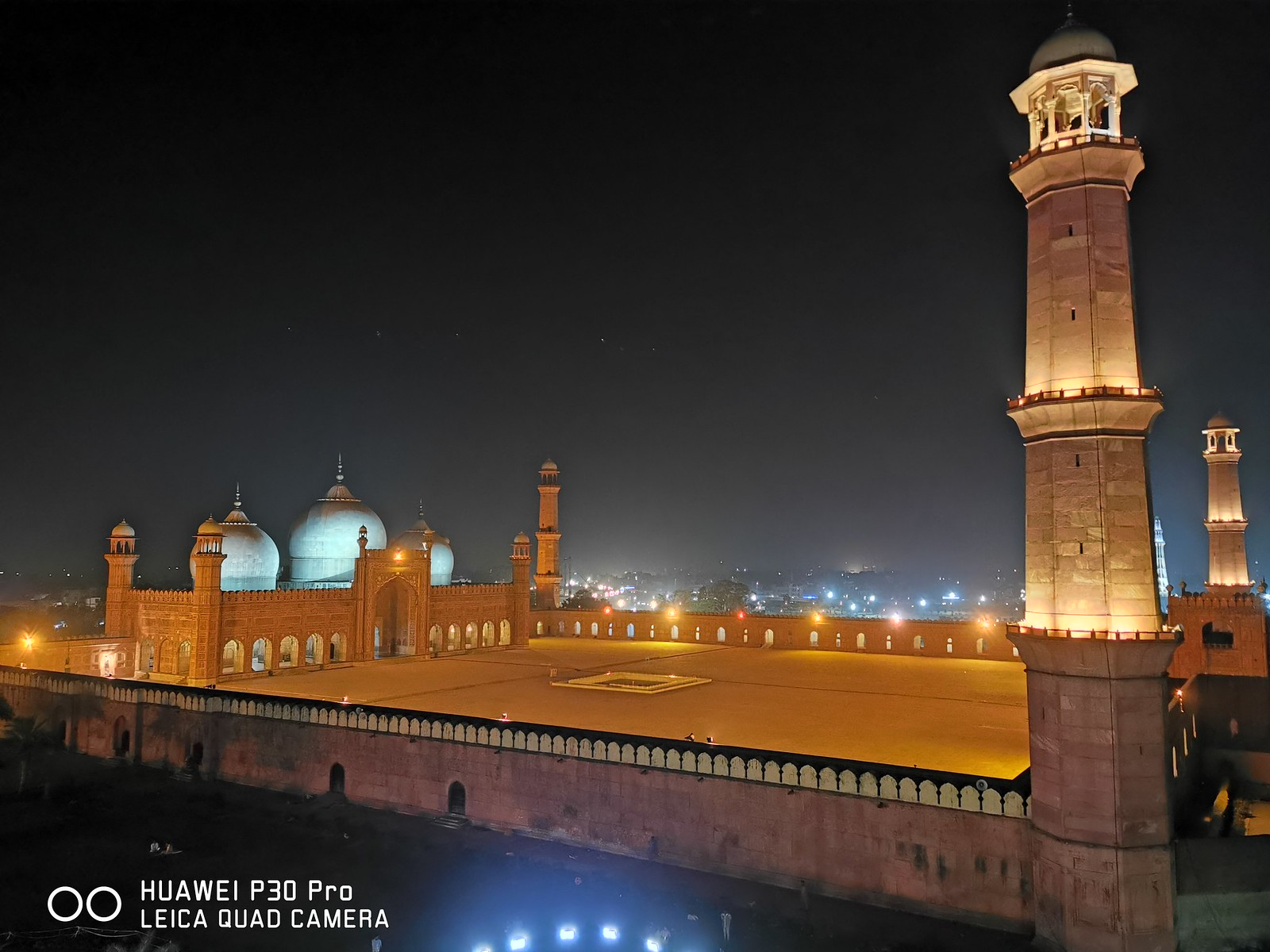 Badshahi Mosque Picture with Auto Mode on Huawei P30 Pro