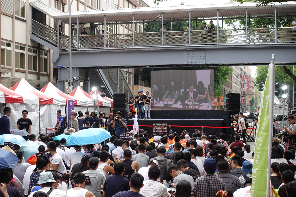 上千名同志集結在立院外收看逐條協商直播。(攝影:張智琦)