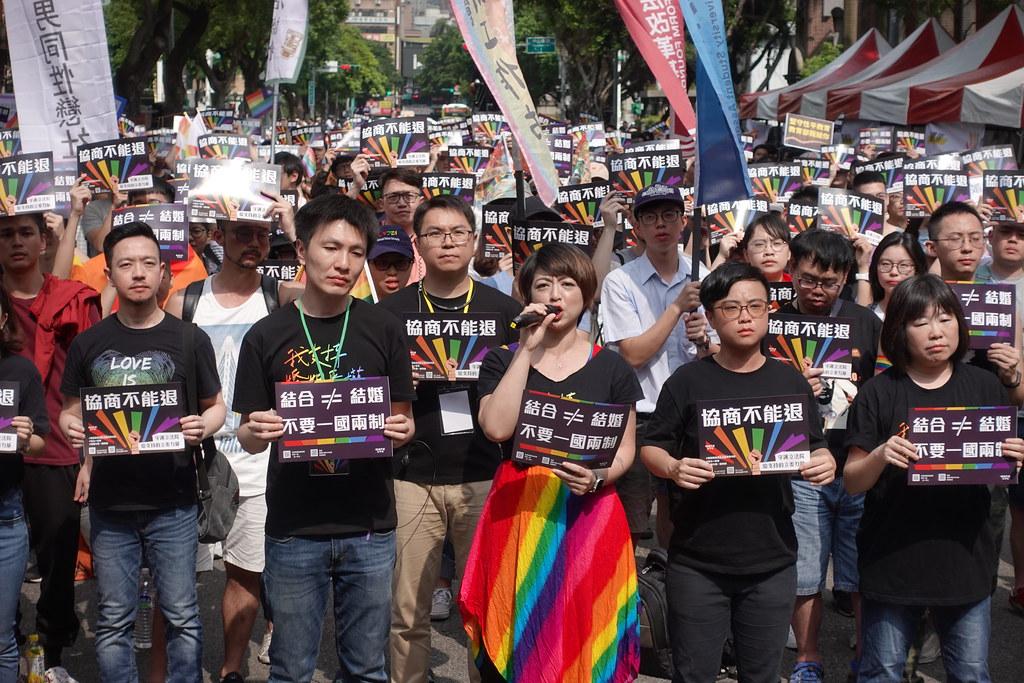 同婚團體集結在立院外的青島東路,呼籲通過政院版。(攝影:張智琦)