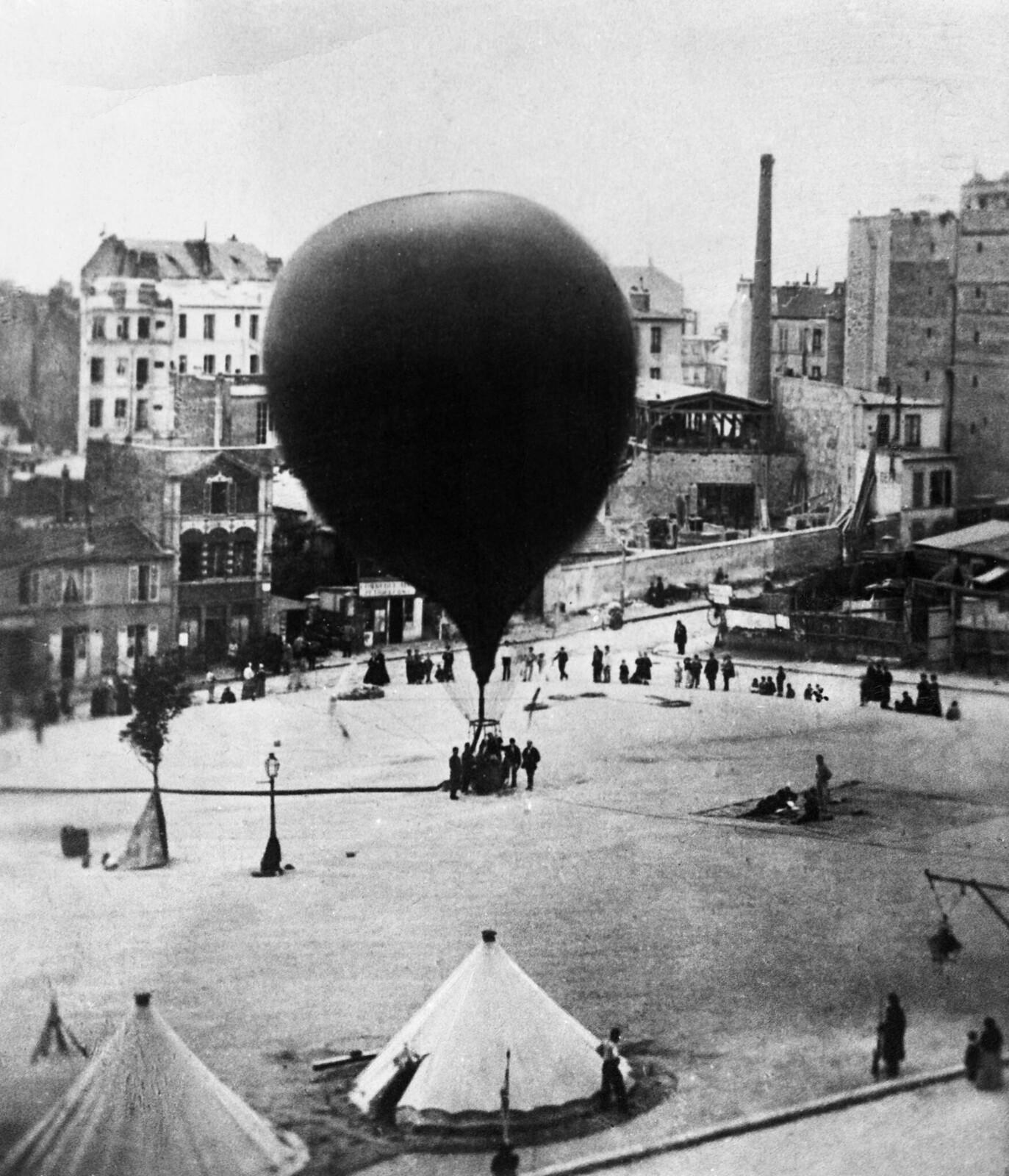 03. 1870. Воздушный шар на котором  Леон Гамбетта сбежал из Парижа, чтобы организовать сопротивление вторжению пруссаков во время франко-прусской войны,