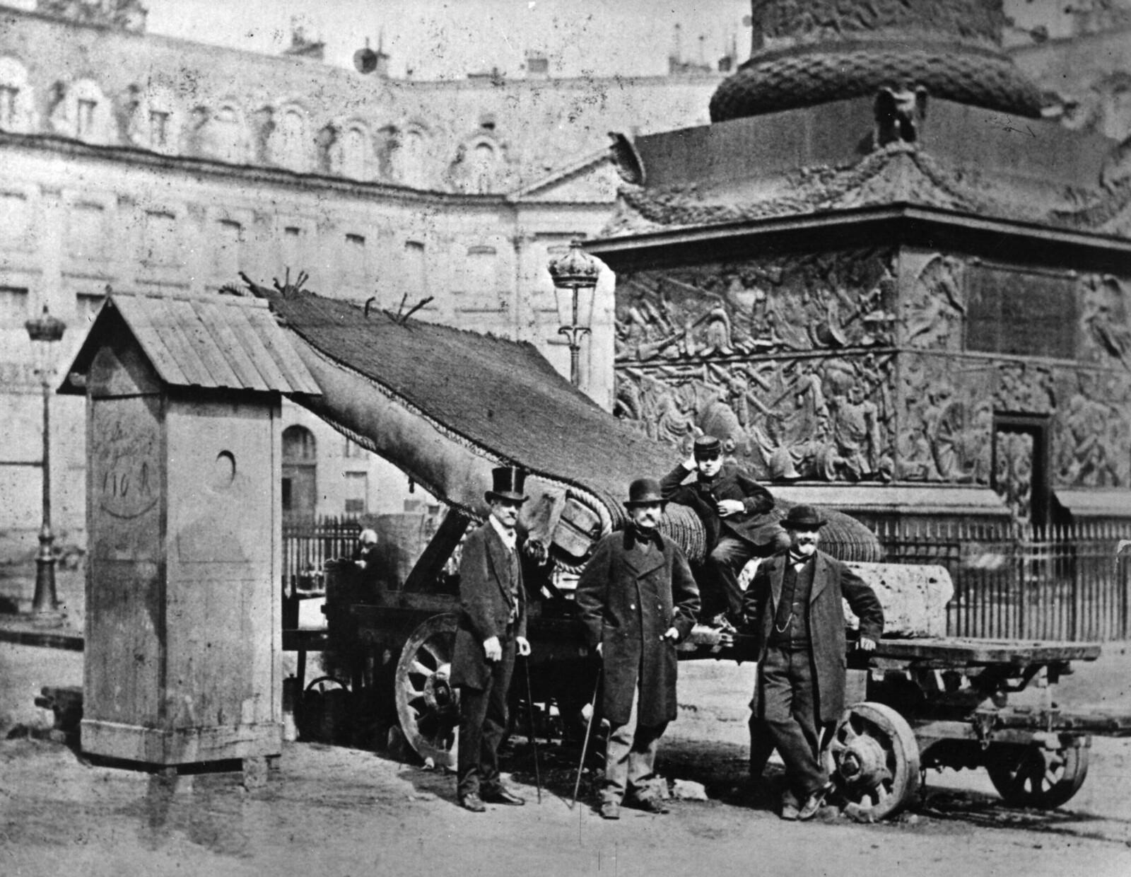 01. 1870. Баррикада, установленная на Вандомской площади в Париже во время франко-прусской войны