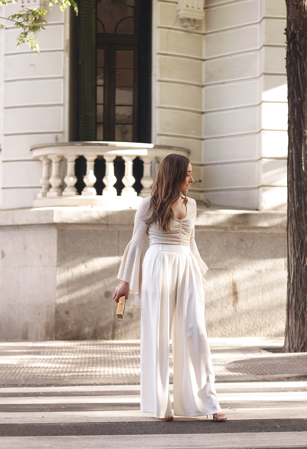 look de invitada lola casademunt white palazzo pants golden top street style outfit 20191