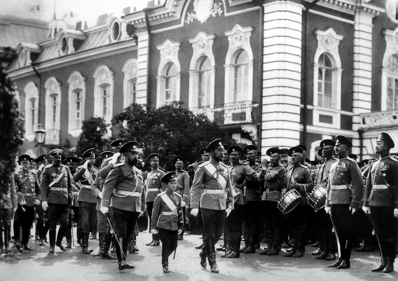 1912. Император Николай и царевич Алексей со свитой обходят подразделения Лейб-гвардии Егерского полка. 17 августа