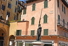 Verona, Piazza delle Erbe, Denkmal neben dem ehem. Domus Mercatorum