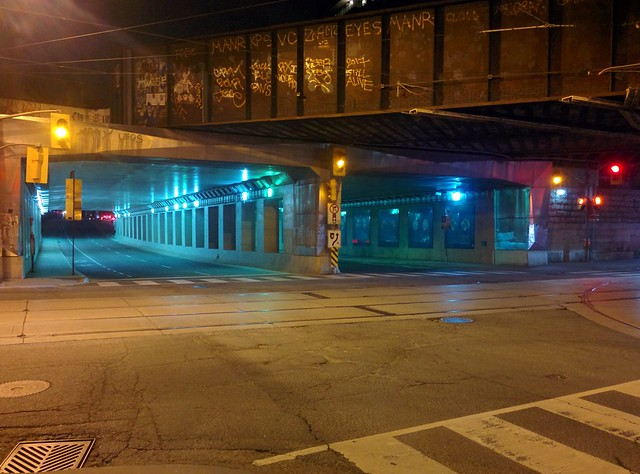 Moments at Dufferin on Queen, looking north (5) #toronto #parkdale #dufferinstreet #queenstreetwest #intersection #night #traffic