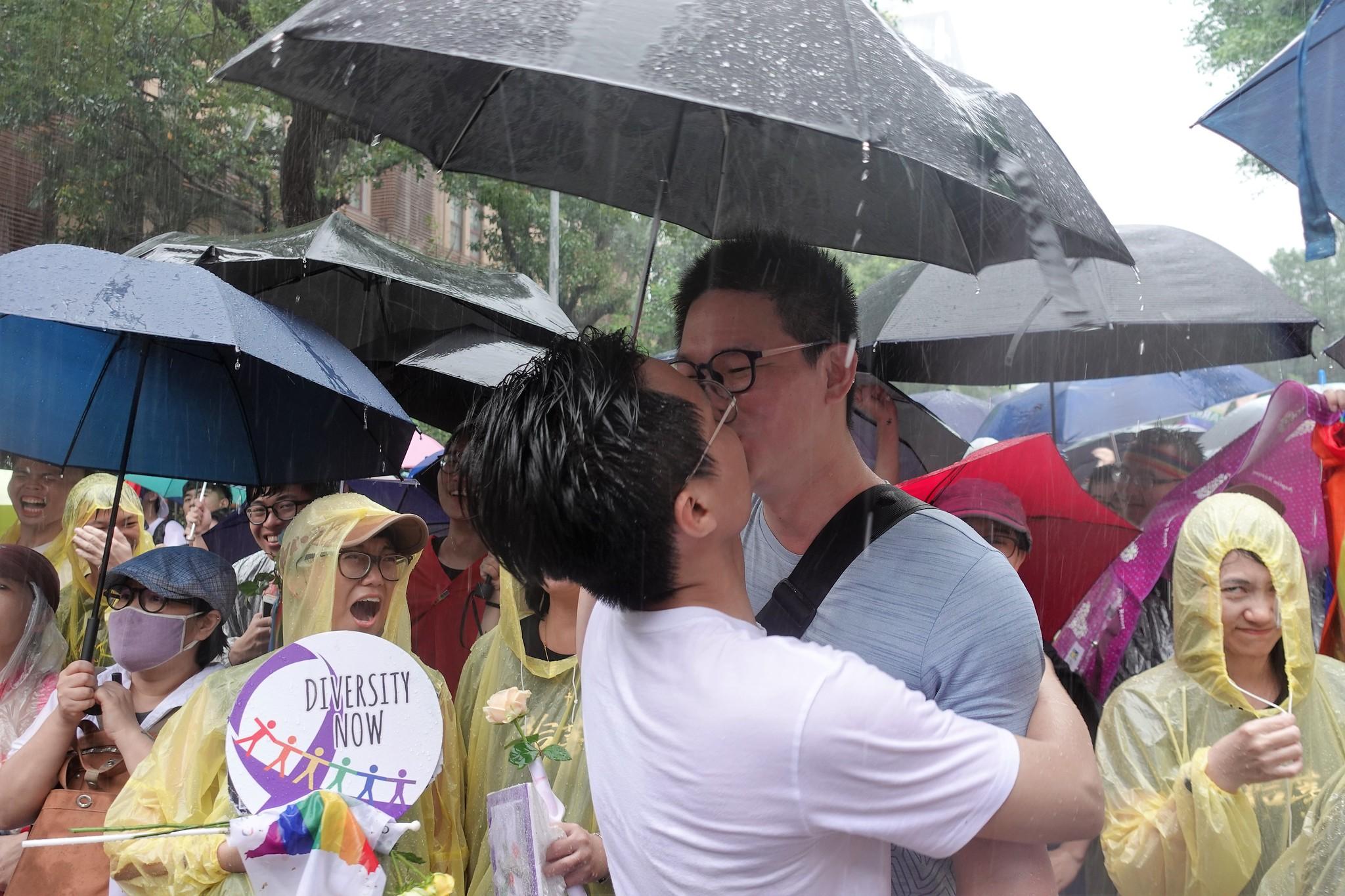 同婚法案逐條二讀通過,男同志伴侶開心地親吻彼此。(攝影:張智琦)