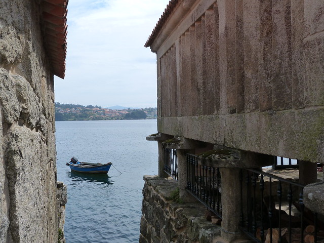 Hórreo de Combarro al ras del agua de la ría de Pontevedra