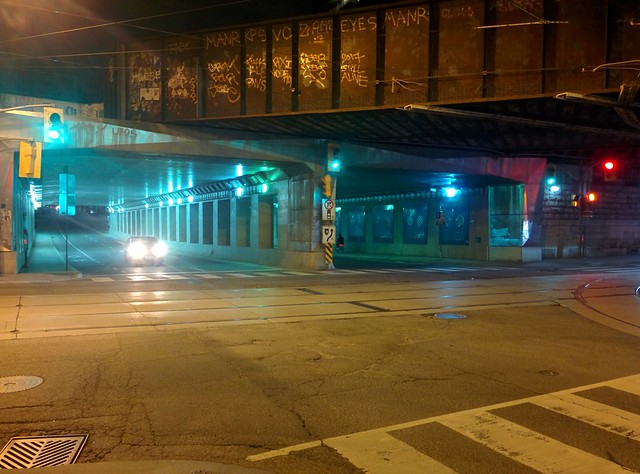 Moments at Dufferin on Queen, looking north (3) #toronto #parkdale #dufferinstreet #queenstreetwest #intersection #night #traffic