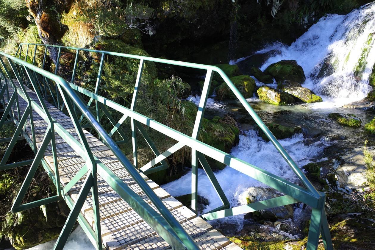 ルートバーントラックの橋と小川