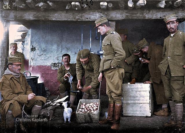 Το βάψιμο των αβγών της ΙΧ Μεραρχίας, 2 Απριλίου 1922. Μικρασιατική Εκστρατεία. Φωτογραφικό Αρχείο Ε. Ι