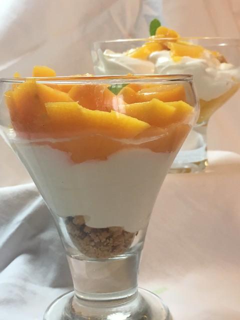 Crema de yogur con melocotón y crumble de Almendra