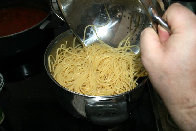 35 - Nudeln zurück in Topf geben / Put noodles back in pot