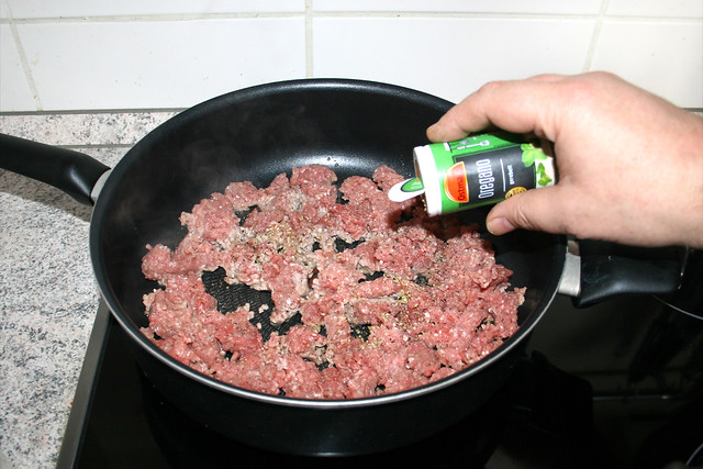 12 - Hackfleisch würzen / Season ground meat