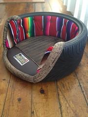 Tolles, maßgeschneidertes Hundebett aus recycelten Reifen, so dass sie eine positive Wirkung haben