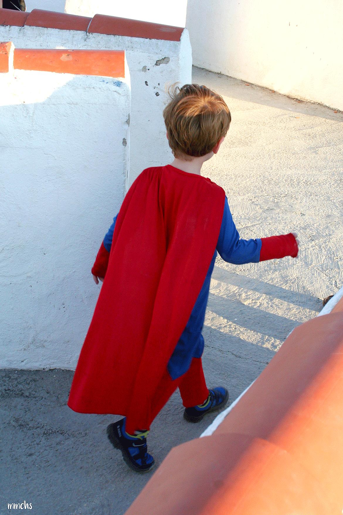 niño disfrazado de Superma