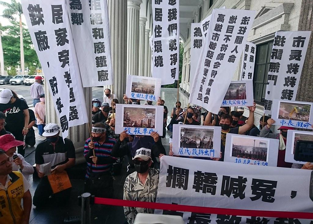 大寮廢鐵堆置場違法營運十多年,讓居民忍無可忍,到市議會向進行總質詢的市長韓國瑜陳情。攝影:李育琴。