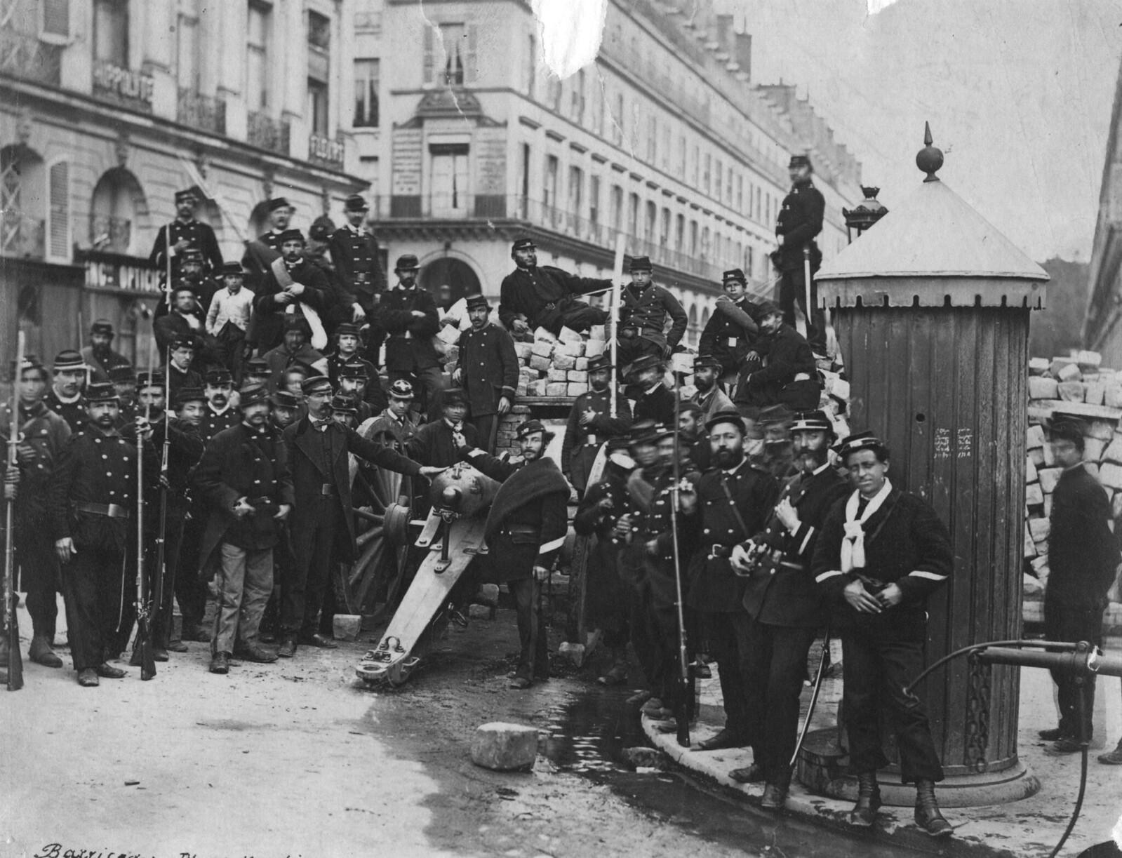 1871. Национальные гвардейцы позируют перед баррикадой на Вандомской площади во время гражданской войны между Третьей республикой и Парижской коммуной
