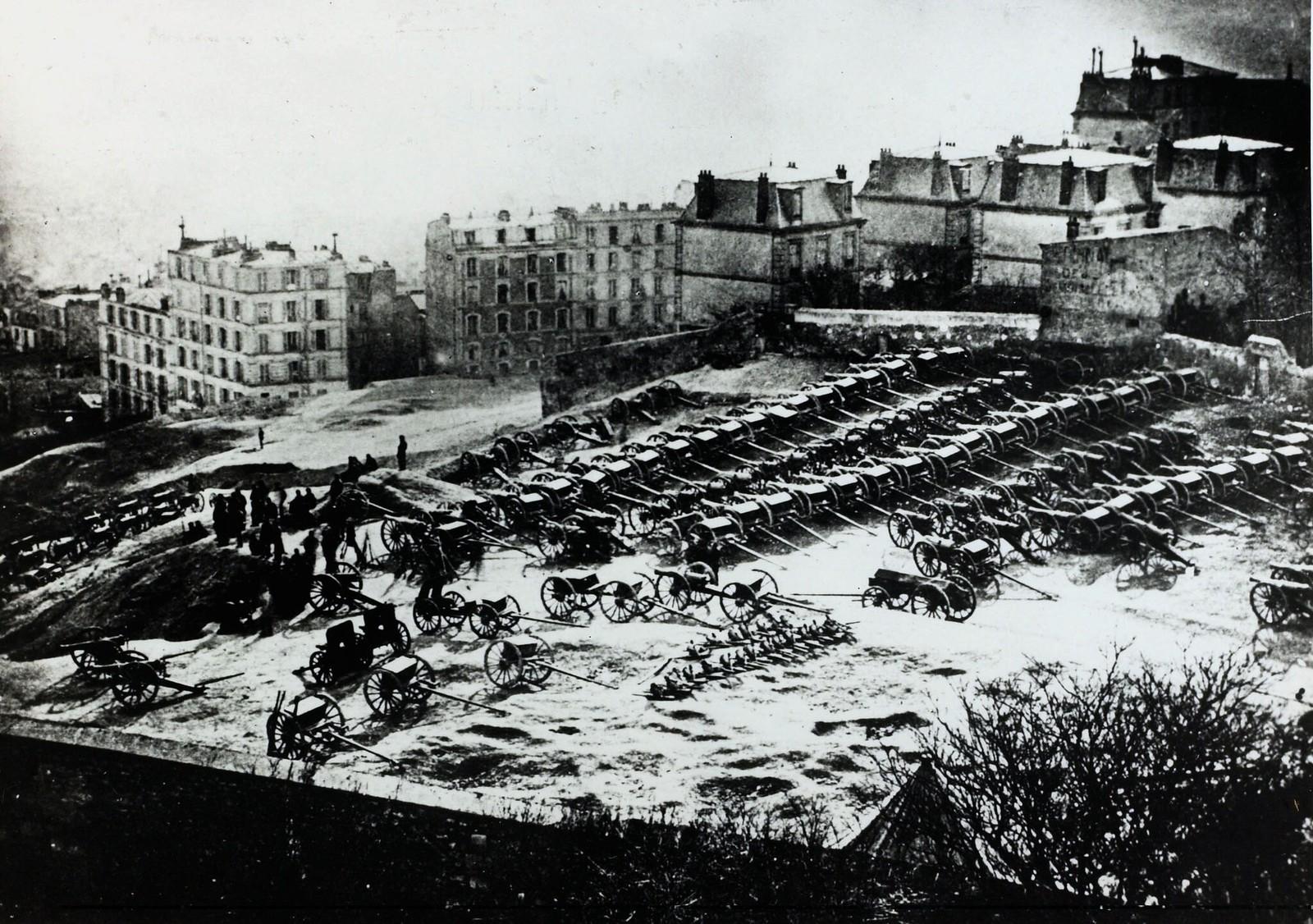 1871.  Перед вступлением немцев в Париж, гвардейцы при помощи населения переместили артиллерийские орудия в специальные места города, которые находились на расстоянии от маршрута прохода немецких войск. Один из крупнейших «артиллерийских парков» был на вы