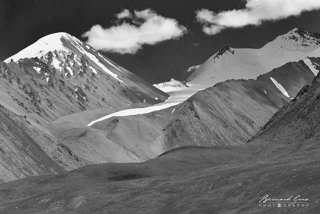 Sommets et gacier au col de Kunjerab (4 693 m), côté chinois Photo Bernard Grua