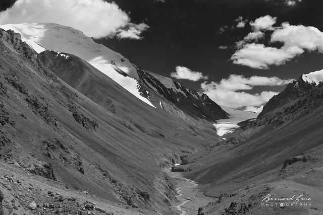 Rivière et glacier avant le col de Kunjerab (4 693 m) sur la Karakoram Highway Photo Bernard Grua