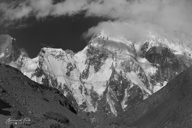 Noir et blanc - Sommet proche du pic et du glacier de Passu, le matin