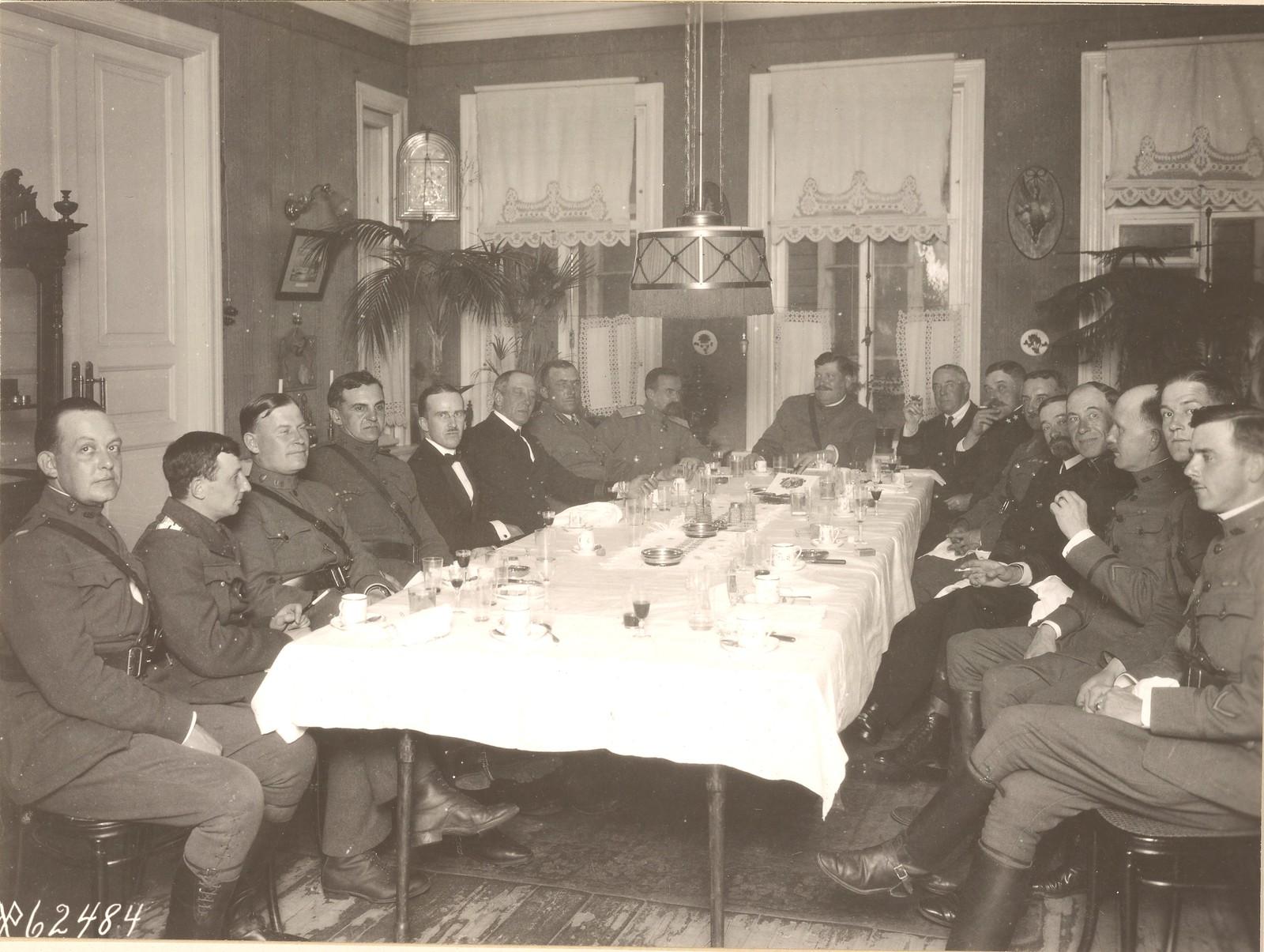 Банкет для офицеров союзных сил, устроенный командующим войсками американской экспедиции генералом Ричардсоном в своей резиденции