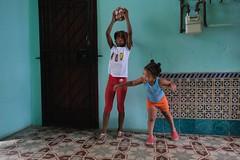 Dos hermanas y una bola