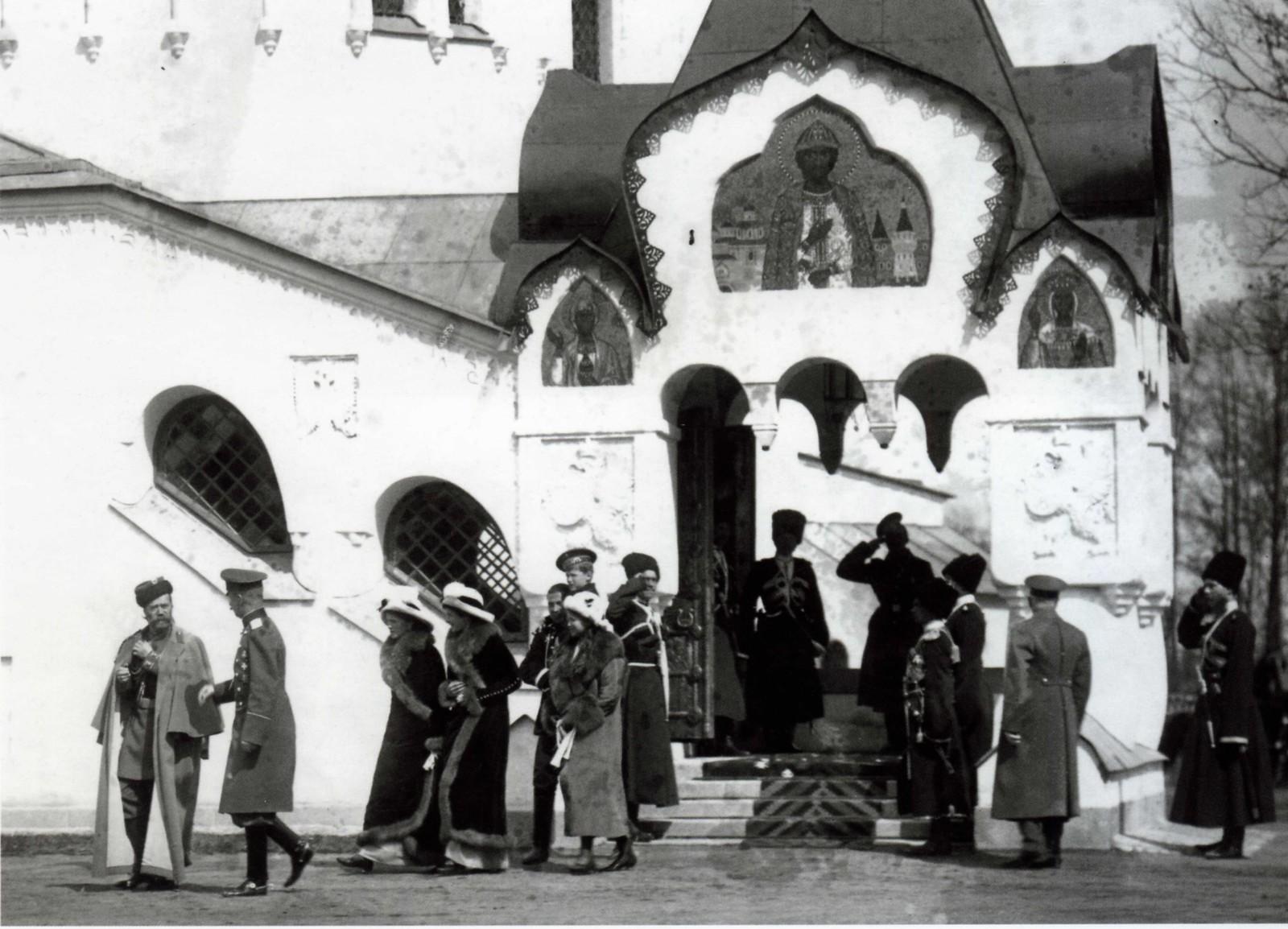 1913. Николай II и члены Императорской семьи выходят из Фёдоровского Собора. Царское село. 28 апреля