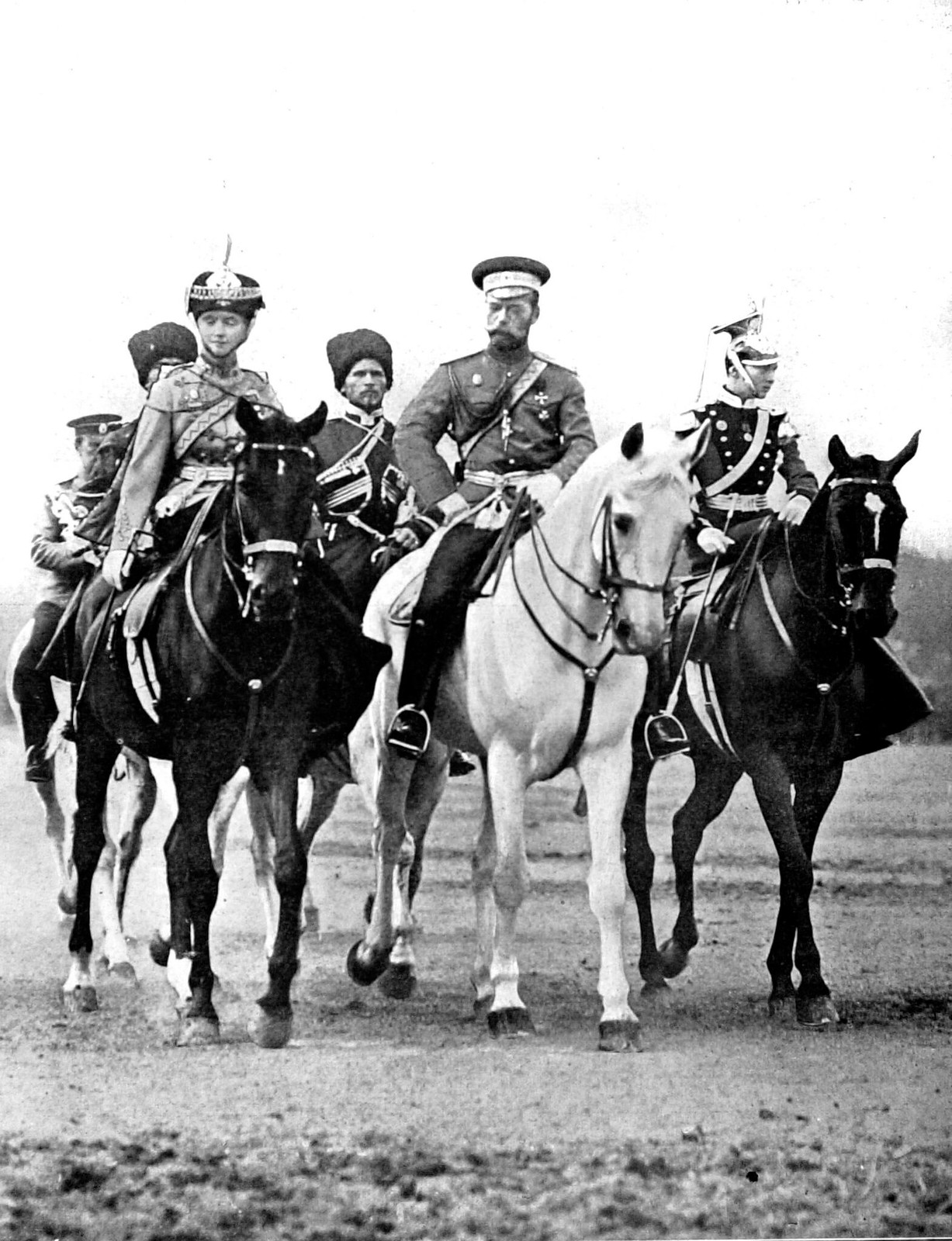 1913. В Петергофе императора Николая II сопровождают его дочери Ольга и Татьяна