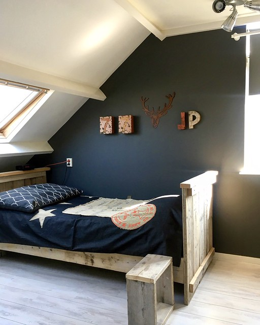 Steigerhouten bed blauw dekbed blauwe muur jongenskamer