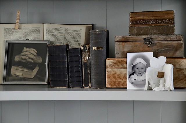 Oude bijbeltjes en foto's in de kast