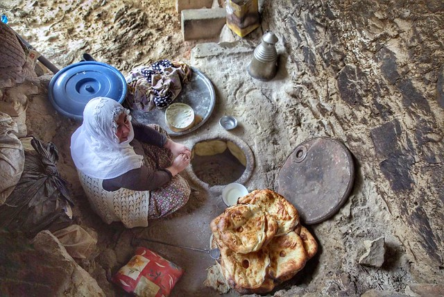 Bir evde anne varsa, önce bayat ekmek yenir.  Bir evde anne yoksa, taze ekmek bile bayat gelir.