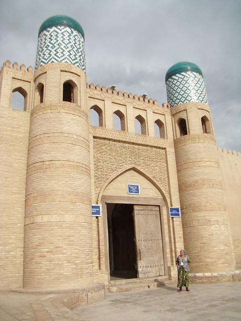 entrada puerta muralla exterior ciudadela fortificada Kunya-Ark Palacio Kohna Ark Majmuasi Jiva Uzbekistán 01
