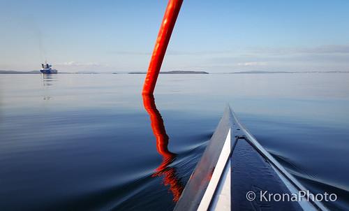 2018 høst samsung kayaking kajakk vann oslofjorden norway boat boatlife båtliv kontrast contrast friluftsliv reflection mirror speiling bøye seaside seascape exercise sport waves pattern calm peaceful view