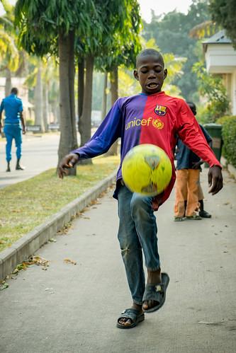 africa street boy portrait geotagged football soccer sony nigeria rue a7 garçon afrique abuja géolocalisé fischerfotos ilce7 sel2470z