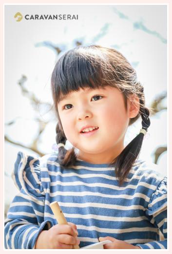 4歳の女の子 おさげ髪 ボーダーのTシャツ