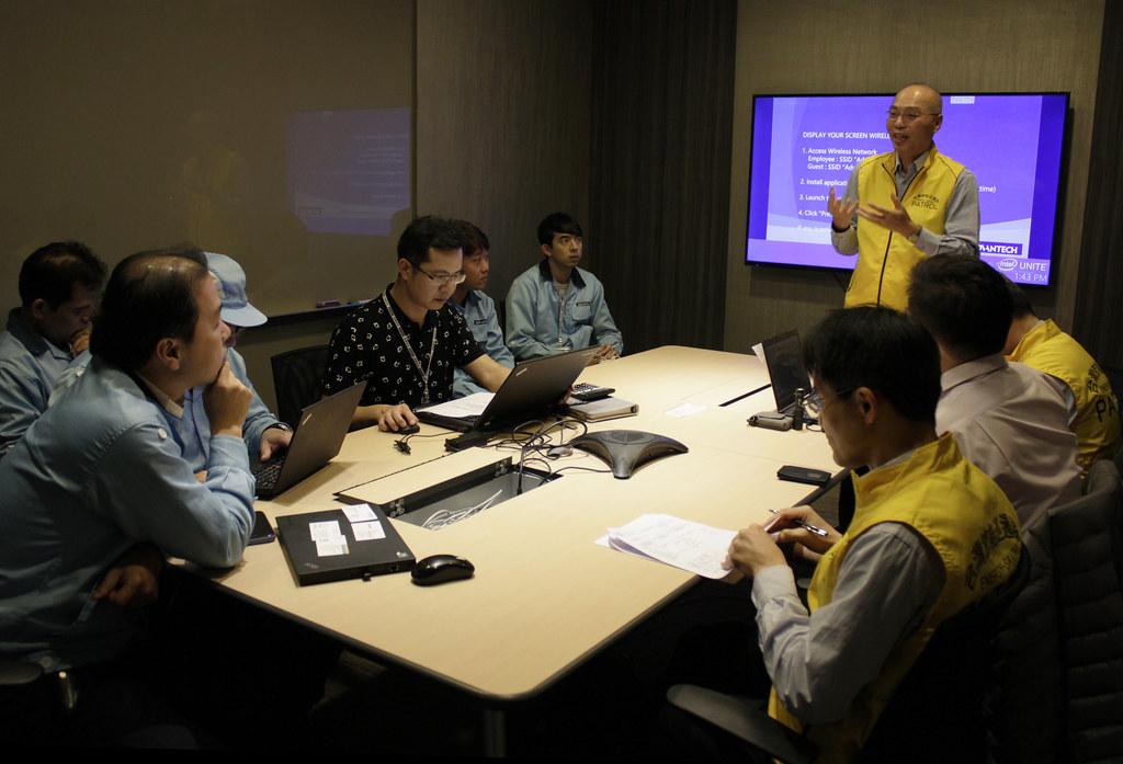 台灣節能巡邏隊向企業提出節能建議。攝影:古國廷