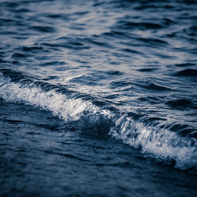 Pocos metros al sur, un mar en miniatura se agita vaciándose