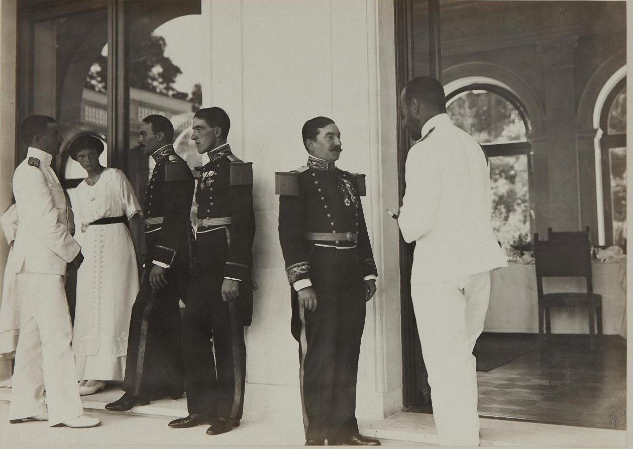 1913. Император Николай II и великая княжна Ольга Николаевна с офицерами в галерее Итальянского дворика Ливадийского дворца