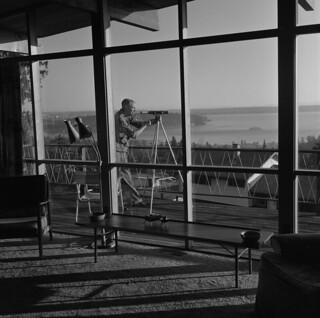 Cartoonist Len Norris looking through a telescope at his home in Vancouver, British Columbia / Le caricaturiste Len Norris observant à l'aide d'un télescope à sa résidence de Vancouver (Colombie-Britannique)