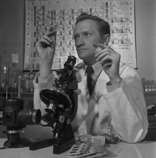 Dr. E.H. Nichel examines a sample of columbium, Oka, Quebec / Le Dr E. H. Nichel examinant un échantillon de columbium, Oka (Québec)