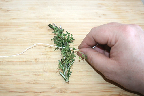 26 - Rosmarin & Thymian zu Bouquet Garni binden / Bundle  rosemary & thyme to bouquet garni