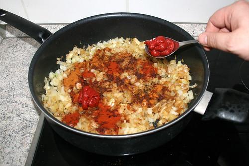 23 - Tomatenmark hinzufügen / Add tomato puree