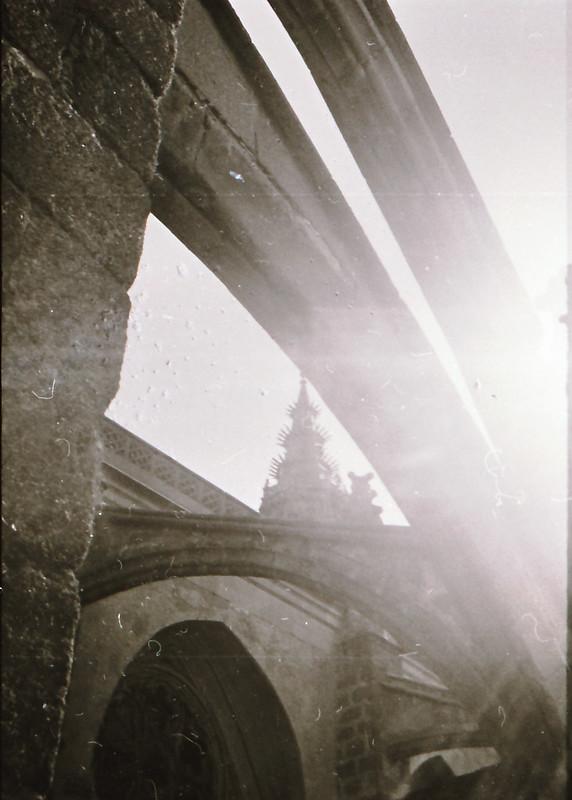 Arbotantes en contraluz. Vista tomada desde las zonas superiores de la catedral en los años 60. Fotografía de Victoriano de Tena Sardón