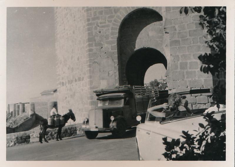 Un burro, un camión y un descapotable conducido por una chica en el Puente de San Martín en los años 50. Fotografía de Victoriano de Tena Sardón
