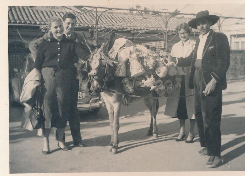 Vendedor de cerámica en burro junto a la Venta de Aires a mediados del siglo XX. Fotografía de Victoriano de Tena Sardón