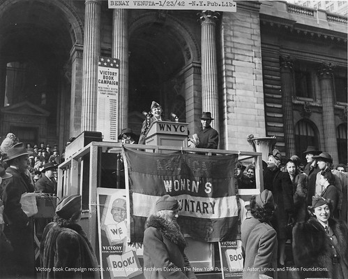 La actriz y cantante de Broadway Benay Venuta se dirige a la multitud desde los escalones de la Biblioteca Pública de Nueva York, el 23 de enero de 1942.