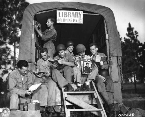 Biblioteca Móvil de la 31ª División en el área de maniobras en Camp Polk, Louisiana en 1943